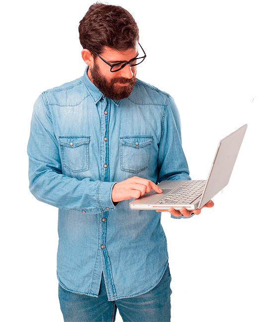 Persona con ordenador desarrollando su nueva página web. Paginaweb.Info